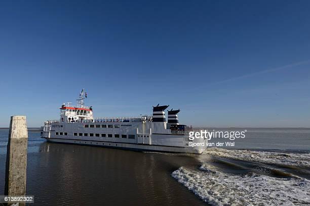 schiermonnikoog ferry by wagenborg on the waddensea - sjoerd van der wal or sjo stockfoto's en -beelden