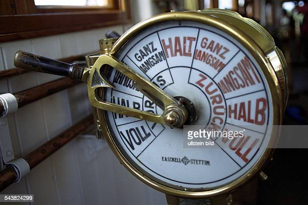 Mit dem Maschinentelegrafen werden Kommandos von der Brücke eines Schiffes in den Maschinenraum weiter gegeben Hier das Modell auf dem...