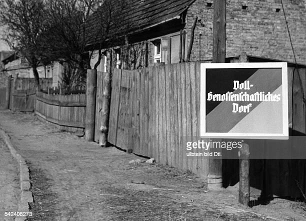 Schild am Dorfeingang'VollGenossenschaftliches Dorf1960