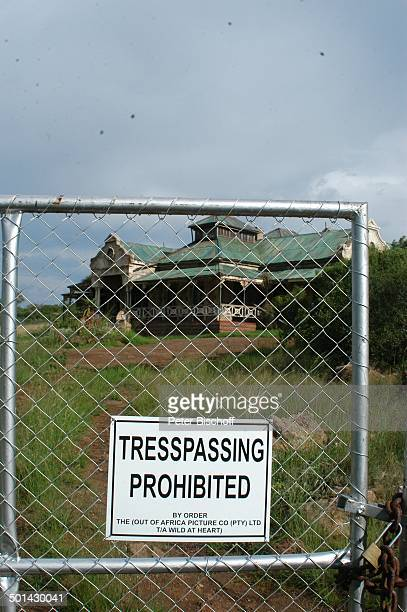 Schild Betreten verboten vor verfallener Villa Hartbeespoort bei Pretoria Südafrika Afrika Zaun Reise BB DIG PNr 240/2006