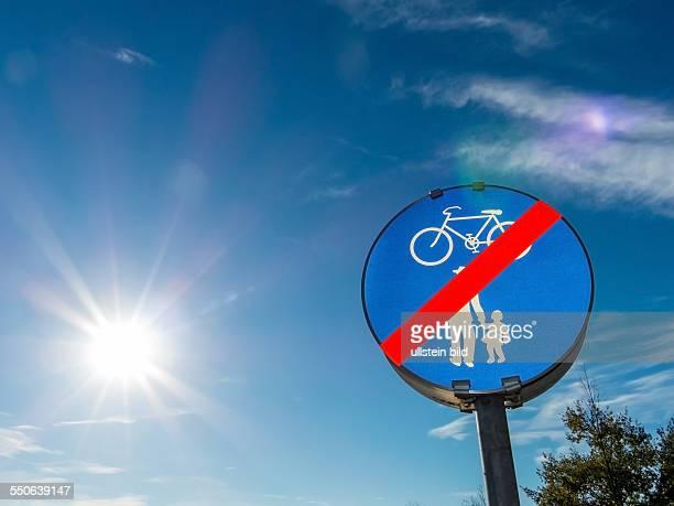 Schild für Radweg und Gehweg. Miteinander im Straßenverkehr