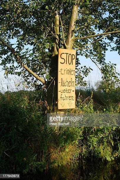 """Schild für Torfkahnfahrer """"Stop, trinken, lächeln, weiterfahren"""") am Fluss """"Kolbeck"""" und Naturschutzgebiet, Karlshöfenermoor , Teufelsmoor,..."""