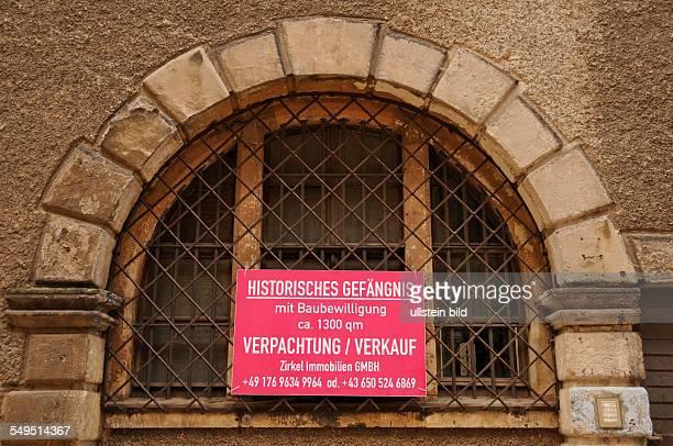 Schild mit Kaufs bzw Pachtangebot an einem Fenster des alten Gefängnisses auf der Albrechtsburg in Meißen