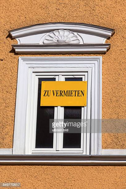 Schild zu vermieten an einem Fenster