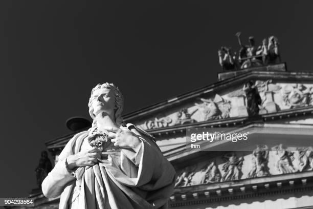 schiller monument at gendarmenmarkt (berlin) - konzerthaus berlin - fotografias e filmes do acervo