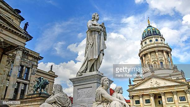 schiller monument, french cathedral, berlin - gendarmenmarkt - fotografias e filmes do acervo