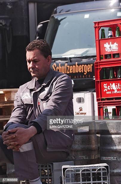 Un salarie de la brasserie Schutzenberger attend la fin du Comite d' entreprise extraordinaire de l'entreprise le 19 avril 2006 a Schiltigheim apres...