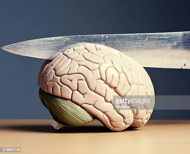 esquizofrenia? modelo de cérebro faca corte ao meio - violencia psicologica imagens e fotografias de stock