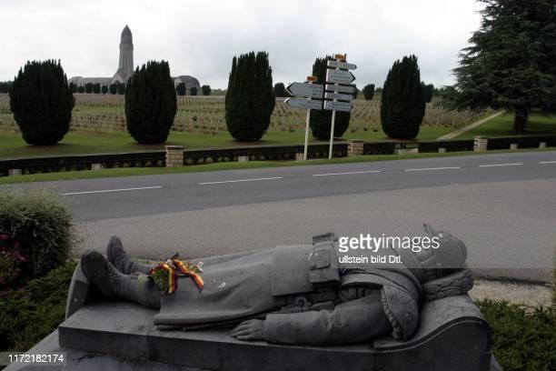 """Schlacht um Verdun Hoelle von Verdun H""""lle erster 1 Weltkrieg Krieg Gedenken 90 Jahrestag Gebeinhaus von Douaumont mit den sterblichen Ueberresten..."""