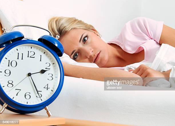 Schlaflosigkeit Frau mit Wecker
