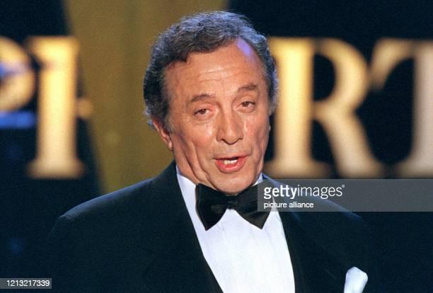 """Schlagersänger Al Martino singt während der Generalprobe von """"Musik liegt in der Luft"""" am 5.9.1998 in der Saarbrücker Saarlandhalle. Das ZDF..."""