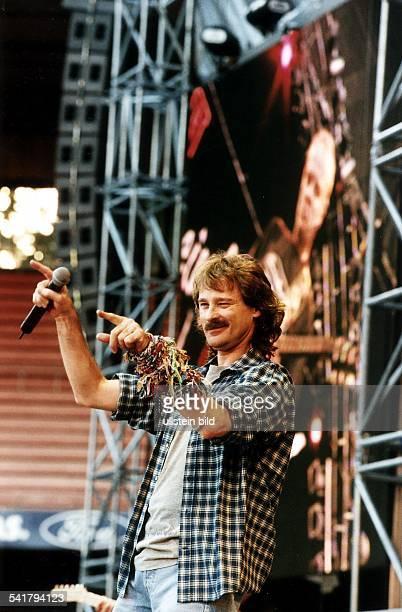 COL Schlagersänger D Porträt bei einem Auftritt imMüngersdorfer Stadion in Köln