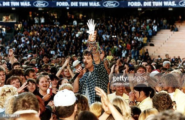 COL Schlagersänger D singt inmitten von Fans bei einemAuftritt im Müngersdorfer Stadion inKöln