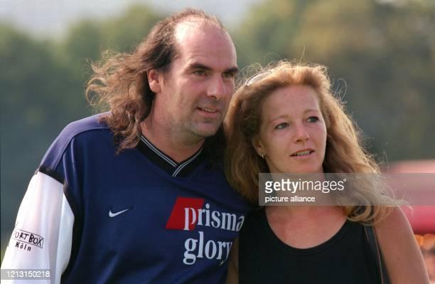 """Schlagersänger Guildo Horn steht am 4.9.1999 beim Fußballturnier um den """"Deutschen Medien Cup"""" in Köln mit seiner Freundin Tanja de Wendt am..."""