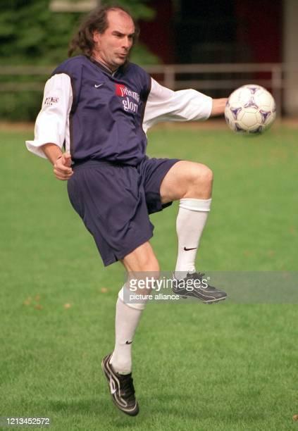 """Schlagersänger Guildo Horn wärmt sich am 4.9.1999 in Köln für ein Spiel beim Fußballturnier um den """"Deutschen Medien Cup"""" auf. Zum dritten Mal..."""