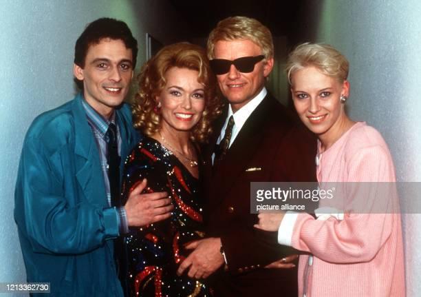 Schlagerstar Heino posiert mit Sohn Uwe , seiner dritte Ehefrau Hannelore und seiner unehelichen Tochter Petra im Dezember 1991. Heinos Tochter Petra...