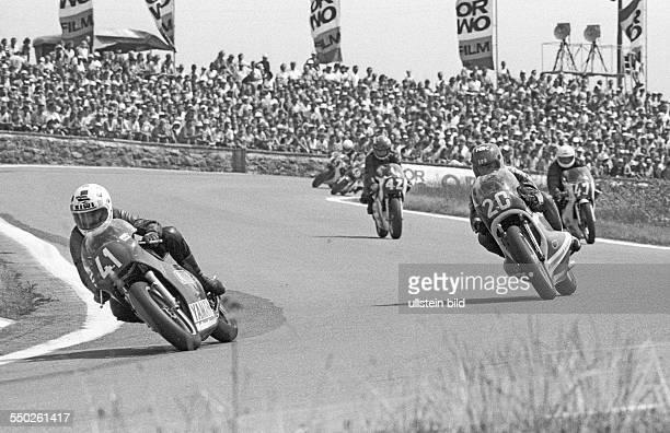 Schleizer Dreieckrennen. Schleiz DDR, 01. Bis 03. 08. 1986. Foto: Motorradrennen 250 ccm, Kombinats-Beflaggung. Rund 200.000 Rennsportfans kommen...
