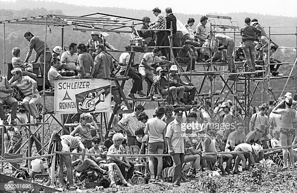 Schleizer Dreieckrennen. Schleiz DDR, 01. Bis 03. 08. 1986. Foto: Kühne Tribünenkonstruktionen am Kurs. Rund 200.000 Rennsportfans kommen alljährlich...