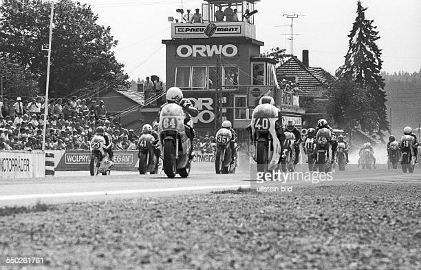 Schleizer Dreieckrennen. Schleiz DDR, 01. Bis 03. 08. 1986. Foto: Start zum Motorradrennen 250 ccm. Rund 200.000 Rennsportfans kommen alljährlich zum...