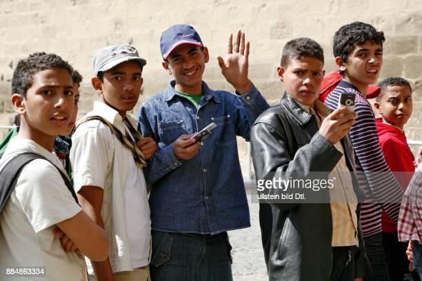 Schüler bei Ausflug auf der Zitadelle in Kairo lachen und grüßen in die Kamera