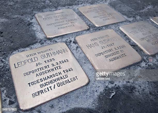 Schüler des OttoNagelGymnasiums machen mit Stolpersteinen auf das Schicksal einer jüdischen Familie aufmerksam Der Künstler Gunter Demnig verlegte am...