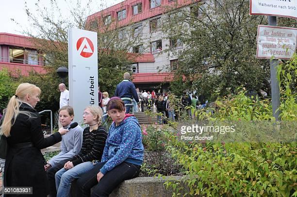 Schüler nach Amoklauf am Gymnasium Carolinum Arbeitsamt Ansbach Bayern Deutschland Europa Schicksal Amok Sammelstelle Promi BB E PNr 1412/2009 Foto...