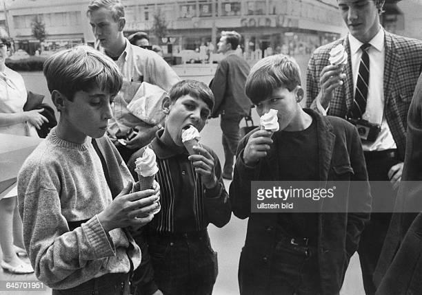 Schülergruppe aus Aberfan auf Besuch in Berlin Jungen essen Eis am Kurfürstendamm