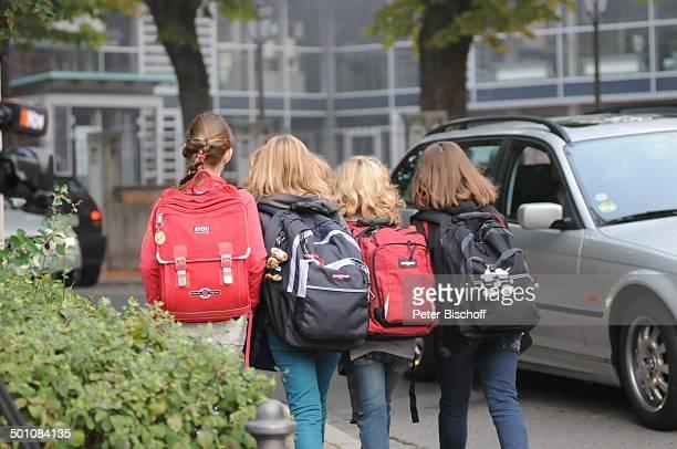 4 Schülerinnen 1 Schultag nach Amoklauf am Gymnasium Carolinum Ansbach Bayern Deutschland Europa Ranzen Schulkind Schulkinder Schicksal Amok Promi NB...