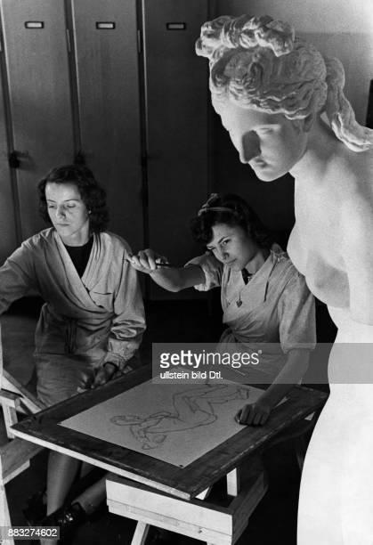 Schülerinnen beim Aktzeichnen im Atelier der Deutschen Zeichenfilmschule Hanns Hubmann Originalaufnahme im Archiv von ullstein bild