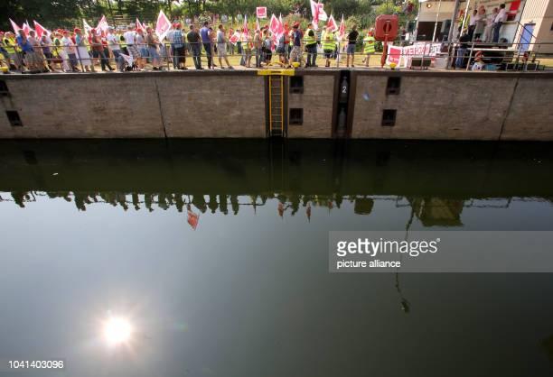 Schleusenmitarbeiter beteiligen sich am an der Kanalschleuse in Duisburg am Streik. Die Gewerkschaft Verdi fordert für die rund 12 000 Beschäftigten...