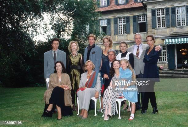 Schloß Hohenstein Irrwege zum Glück Fernsehserie Deutschland 1992 1995 Darsteller Marita Marschall Albert Fortell Sophie von Kessel sitzend Anouschka...
