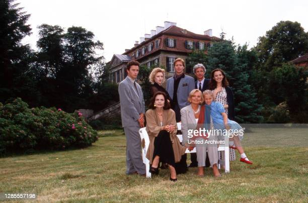 Schloß Hohenstein Irrwege zum Glück Fernsehserie Deutschland 1992 1995 Darsteller hintere Reihe Marita Marschall Albert Fortell Mathieu Carriere...