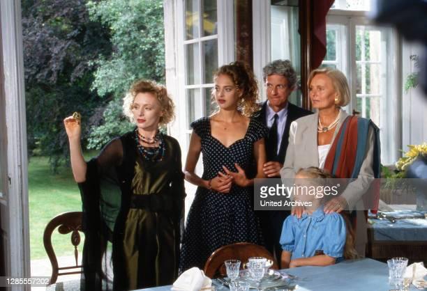Schloß Hohenstein Irrwege zum Glück Fernsehserie Deutschland 1992 1995 Darsteller Marita Marschall Sophie von Kessel Mathieu Carriere Kind Ruth Maria...