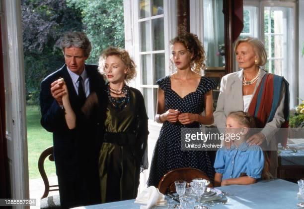 Schloß Hohenstein Irrwege zum Glück Fernsehserie Deutschland 1992 1995 Darsteller Mathieu Carriere Marita Marschall Sophie von Kessel Kind Ruth Maria...