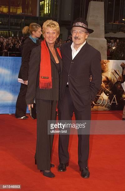Schloendorff Volker *Regisseur Produzent Dmit Ehefrau Angelika auf dem roten Teppisch vor dem Cine Star in Berlin am Potsdamer Platz