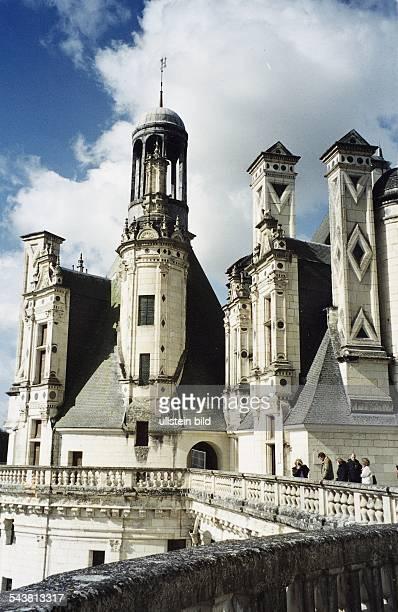 Schloss Chambord, im Tal der Loire, ein Bau der Renaissance. Touristen / Besucher begehen das Bauwerk. .