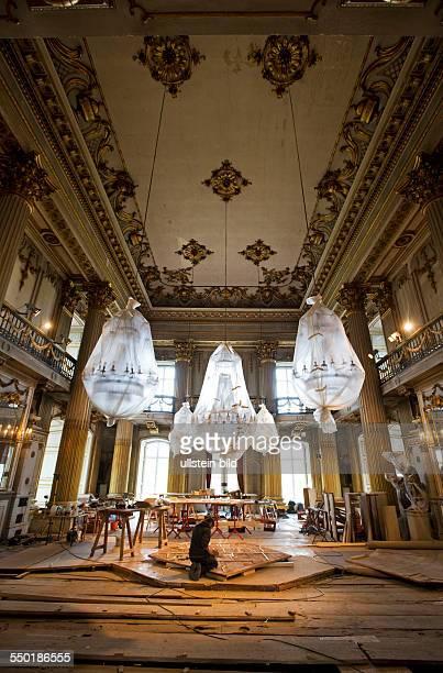Schloss Ludwigslust wurde von Herzog Friedrich von MecklenburgSchwerin zwischen 1772 bis 1776 nach Plaenen des Hofbaumeisters Johann Joachim Busch...