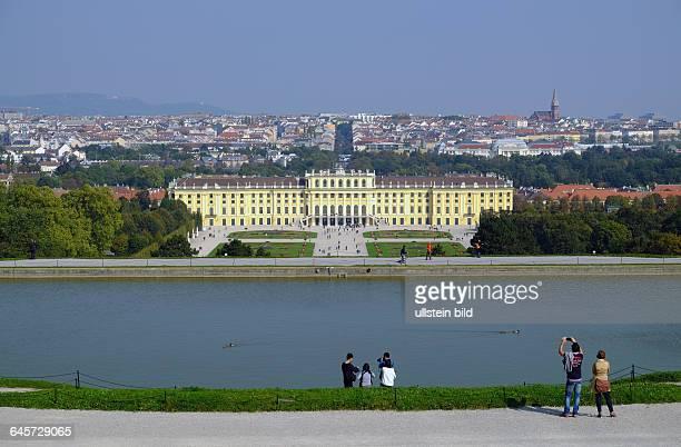 Schloss Schoenbrunn Ansicht von der Gloriette aus dahinter die Dächer der Wiener Innenstadt
