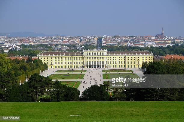 Schloss Schoenbrunn Ansicht von der Gloriette aus mit Gartenparterre dahinter die Dächer der Wiener Innenstadt