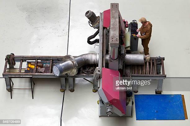 Schlosser zerlegt mit einer Bandsaege ein Rohr in der Zentralen Aktiven Werkstatt der Energiewerke Nord GmbH Durch die EWN werden seit 1995 die...