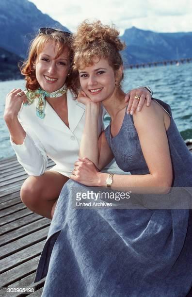 Schlosshotel Orth Sissy bringt als Hochzeitsgeschenk ein Brautkleid eines berühmten ModeSchöpfers für ihre Freundin Fanny mit. Die beiden machen...