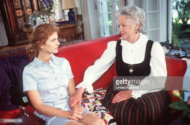 Schlosshotel Orth Therese begeht ihren 75. Geburtstag. Wenzel kümmert sich um die Sitzordnung, Sissy hat Thereses Festtagsdirndl geschneidert. Aka....