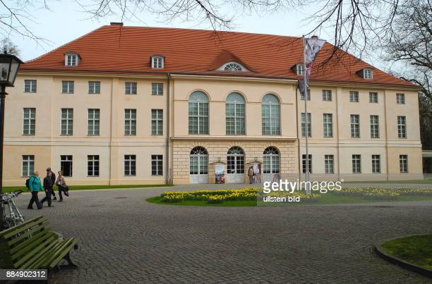 Schlosspark Schoenhausen mit Schloss Die heutige Gestalt des Schlosses geht auf 1764 zurueck Der Garten zum Schloss wurde um 1830 vom Gartenkuenstler...