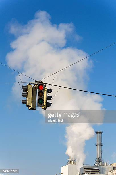Schlot eines Industriebetriebes und roter Ampel Symbolfoto für Umweltschutz und Ozon