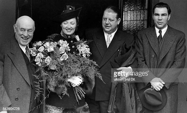 Schmeling Max Sportsman Boxer Businessman Germany* as groomsmannach of footballer Heinz Ditgens with Miss Bonsch in front of the registrar's office...
