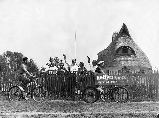 Schmeling Max Sportsman Boxer Businessman Germany*with his wife Anni Ondra cycling in Bad Saarow Photographer PresseIllustrationen Heinrich Hoffmann...