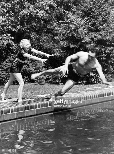 Schmeling Max Sportsman Boxer Businessman Germany*with his wife Anni Ondra at their swimming pool in Bad Saarow Photographer PresseIllustrationen...