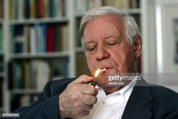 Schmidt Helmut * Politiker SPD D Bundeskanzler 19741982 zuendet sich eine Zigarette an