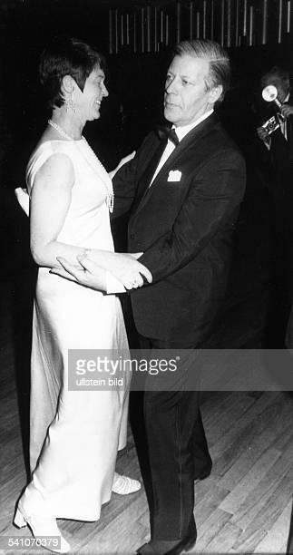 Schmidt Helmut * Politiker SPD DBundeskanzler 19741982 tanzt mit Ehefrau Loki 1976