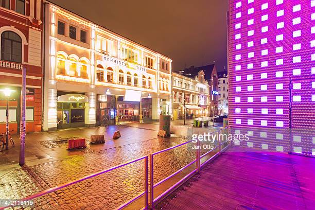 schmidt`stivoli on reeperbahn in  hamburg - reeperbahn stock pictures, royalty-free photos & images